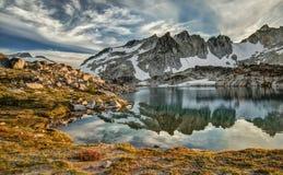 Reflexión de la puesta del sol de la montaña de la cascada Fotos de archivo