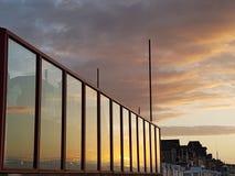 """Reflexión de la puesta del sol de Normandià """"en ventanas Imagen de archivo"""