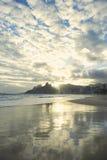 Reflexión de la puesta del sol de Rio de Janeiro Ipanema Beach Scenic Fotografía de archivo libre de regalías