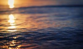 Reflexión de la puesta del sol en el agua del lago con las ondas fotos de archivo libres de regalías