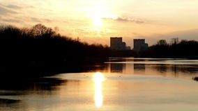 Reflexión de la puesta del sol en el lago almacen de video