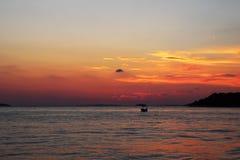 Reflexión de la puesta del sol en el mar de Croacia, Rogoznica fotografía de archivo