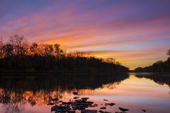 Reflexión de la puesta del sol en el río de Raritan fotos de archivo libres de regalías