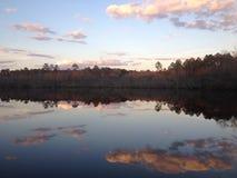Reflexión de la puesta del sol en la charca Imágenes de archivo libres de regalías