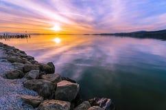 Reflexión de la puesta del sol en las aguas del lago Trasimeno, Umbría, I Imagen de archivo libre de regalías