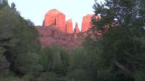 Reflexión de la roca de la catedral con la luna metrajes