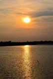 Reflexión de la salida del sol con el lago Imagen de archivo libre de regalías