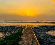 Reflexión 2 de la salida del sol del océano foto de archivo