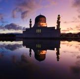 Reflexión de la salida del sol y de la mezquita en Sabah, Borneo Imagen de archivo