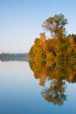 Reflexión de la simetría en el lago imagen de archivo libre de regalías