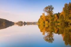 Reflexión de la simetría en el lago fotos de archivo libres de regalías