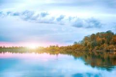 Reflexión de la simetría en el río del otoño Salida del sol foto de archivo