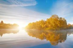 Reflexión de la simetría en el río del otoño Salida del sol fotos de archivo libres de regalías