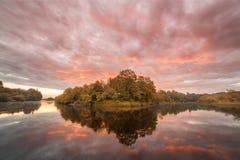 Reflexión de la simetría en el río del otoño Salida del sol fotografía de archivo libre de regalías