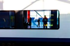 Reflexión de la sombra humana en la ventana del tren Reflexión humana en la ventana imagen de archivo libre de regalías