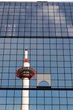 Reflexión de la torre de Kyoto Fotografía de archivo libre de regalías
