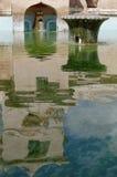 Reflexión de la torre en la piscina antigua en el castillo del agua de la sari del taman - el jardín real del sultanato de Jogjak Imagen de archivo