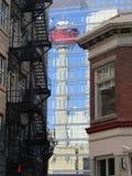 Reflexión de la torre icónica de Calgary en una torre de cristal fotos de archivo