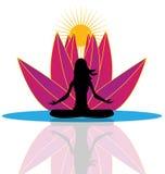 Reflexión de la yoga y logotipo rosado de la flor de loto Foto de archivo libre de regalías