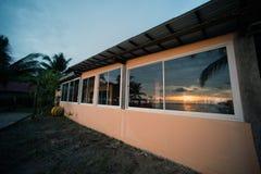 Reflexión de las escenas de la puesta del sol en la ventana del edificio Imágenes de archivo libres de regalías