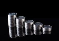 Reflexión de las finanzas y beneficio de negocio monedas del metal Fotos de archivo libres de regalías