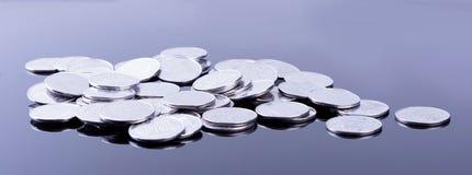 Reflexión de las finanzas y beneficio de negocio monedas del metal Foto de archivo libre de regalías