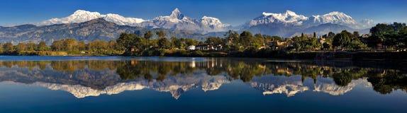 Reflexión de las montañas Imagenes de archivo