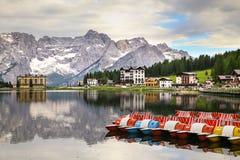 Reflexión de las montañas de las dolomías en el lago Misurina imágenes de archivo libres de regalías
