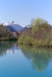 Reflexión de las montañas en el río de Lech, Baviera Imagen de archivo libre de regalías