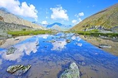 Reflexión de las montañas en un lago glacial Foto de archivo libre de regalías