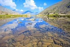 Reflexión de las montañas en un lago glacial Fotografía de archivo