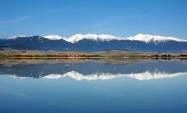 Reflexión de las montañas nevosas de Rohace fotografía de archivo libre de regalías