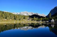 Reflexión de las montañas y de la cabaña Fotografía de archivo