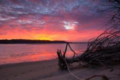 Reflexión de las nubes, del cielo y del agua de la puesta del sol fotografía de archivo libre de regalías