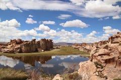 Reflexión de las nubes en una laguna misteriosa en Bolivia imagen de archivo