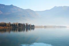 Reflexión de los árboles en el lago Iseo, ciudad de Lovere, Italia Foto de archivo libre de regalías