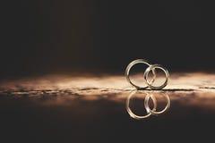 Reflexión de los anillos de bodas Imágenes de archivo libres de regalías
