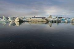 Reflexión de los cubos de hielo en la laguna del glaciar de Jokulsarlon Foto de archivo