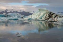 Reflexión de los cubos de hielo en la laguna del glaciar de Jokulsarlon Imagen de archivo