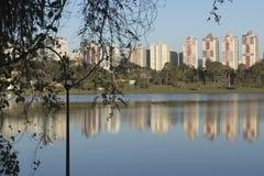Reflexión de los edificios en el lago imagenes de archivo