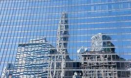 Reflexión de los edificios viejos y nuevos de Chicago Imagen de archivo