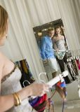 Reflexión de los pares que miran el espejo en almacén Foto de archivo libre de regalías