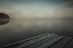 Reflexión de los primeros rayos de la luz del sol del amanecer en el lago Fotografía de archivo libre de regalías