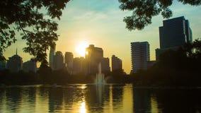Reflexión de los rascacielos de la ciudad de Bangkok metrajes