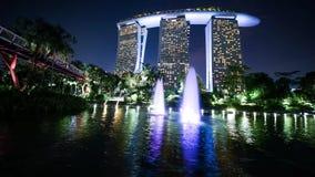 Reflexión de Marina Bay Sands Hotel almacen de metraje de vídeo