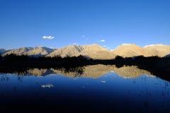Reflexión de montañas Fotografía de archivo libre de regalías