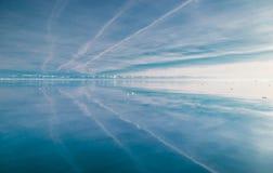 Reflexión de montañas en el hielo Fotografía de archivo