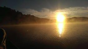 Reflexión de niebla de la salida del sol Foto de archivo libre de regalías