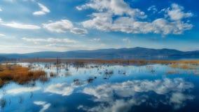 reflexión de nubes en el humedal del lago Doriani en un invierno Imágenes de archivo libres de regalías