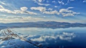 reflexión de nubes en el humedal del lago Doriani en un invierno Fotos de archivo